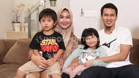 Pebulutangkis Indonesia, Muhammad Ahsan dan keluarga. - INDOSPORT