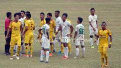 Indosport - Pemain Sriwijaya dan PSMS Medan saat melakukan protes dengan keputusan wasit pekan lalu.
