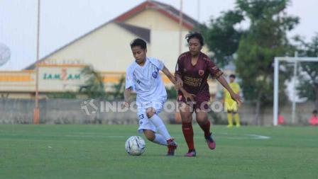 Laga pertandingan Arema FC Putri vs PSM Makassar Putri dengan background Gunung Arjuno di sisi timur.
