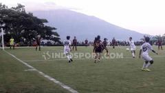 Indosport - Laga pertandingan Liga 1 Putri antara Arema FC Putri vs PSM Makassar Putri dengan background Gunung Arjuno di sisi timur.