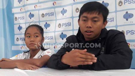 Preskon Arema FC Putri, Alief Syafrizal dan Syafira Azzahra. - INDOSPORT