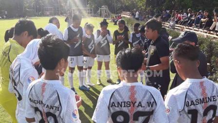 Skuat Arema FC berdoa bersama sebelum memulai laga Liga 1 Putri melawan PSM Makassar, Kamis (10/10/19).