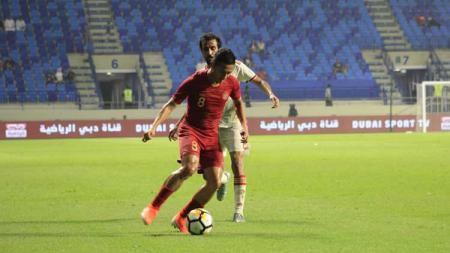 Dendi Santoso saat mengontrol bola di laga melawan Uni Emirat Arab vs Timnas Indonesia. - INDOSPORT