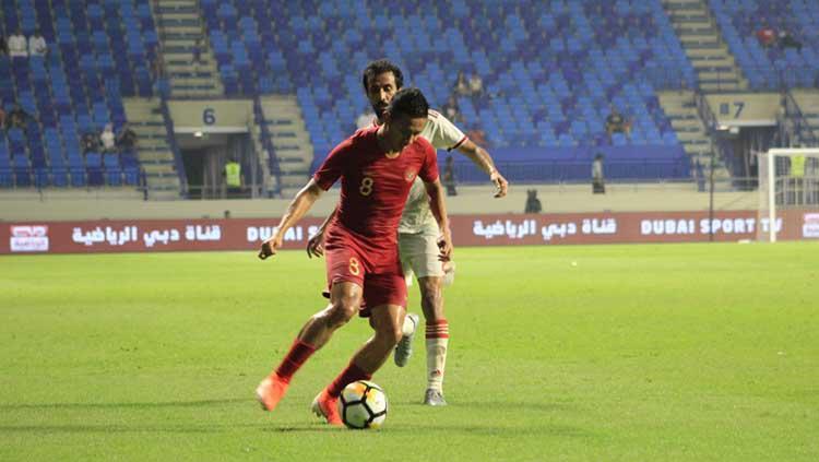 Dendi Santoso saat mengontrol bola di laga melawan Uni Emirat Arab vs Timnas Indonesia. Copyright: Media PSSI