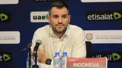 Indosport - Simon McMenemy saat konferensi pers usai Timnas Indonesia dibantai telak 5-0 oleh UEA di Kualifikasi Piala Dunia 2022, Kamis (11/10/19) malam WIB.