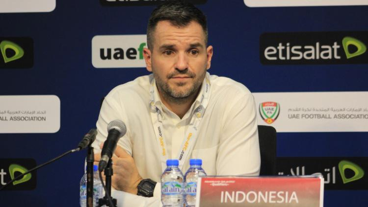 Simon McMenemy saat konferensi pers usai Timnas Indonesia dibantai telak 5-0 oleh UEA di Kualifikasi Piala Dunia 2022, Kamis (11/10/19) malam WIB. Copyright: PSSI