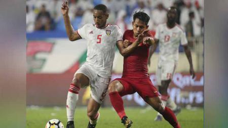 Andik Vermansah (kanan) tengah berebut bola dengan Ali Salmeen (kiri) pada laga UEA vs Timnas Indonesia di Kualifikasi Piala Dunia 2022, Kamis (10/10/19). - INDOSPORT