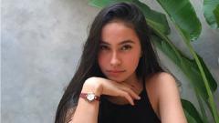 Indosport - Pemain Persija Putri, Sabreena Dressler salah pakai celana. Meski demikian itu tidak menghentikan erformanya gocek bola.