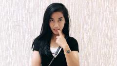 Indosport - Pemain timnas Indonesia putri, Shafira Ika Putri, memiliki kecantikan yang tak kalah dengan bintang timnas lainnya, yaitu Zahra Muzdalifah.