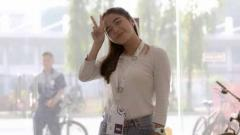 Indosport - Pemain klub sepak bola Persija Jakarta Putri, Anggita Oktaviani memamerkan pesona kecantikannya saat selfie di dalam mobil.