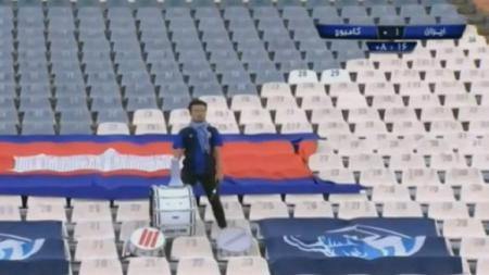 Suporter timnas Kamboja sendirian mendukung timnya di kandang Iran pada matchday 3 Kualifikasi Piala Dunia 2022 Grup C, Kamis (10/10/19). - INDOSPORT