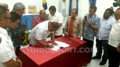 Indosport - Ketua Umum KONI Pusat, Letjen TNI (Purn) Marciano Norman saat menandatangani berita acara penyerahan SK penetapan cabor PON XX Papua. Foto: Sudjarwo/INDOSPORT