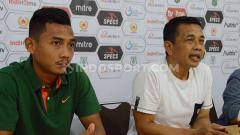Indosport - Pelatih PSMS Medan, Jafri Sastra (kanan), didampingi pemainnya, Afiful Huda (kiri), dalam temu pers jelang pertandingan laga tunda lawan BaBel United, Jumat (11/10/2019).