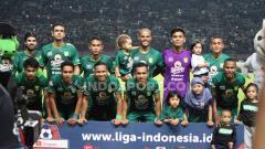 Indosport - Skuat Persebaya Surabaya saat menghadapi Borneo FC.