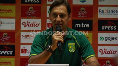 Wolfgang Pikal saat konferensi pers usai pertandingan Liga 1 2019 antara Persebaya Surabaya vs Borneo FC, Jumat (11/10/19) - INDOSPORT
