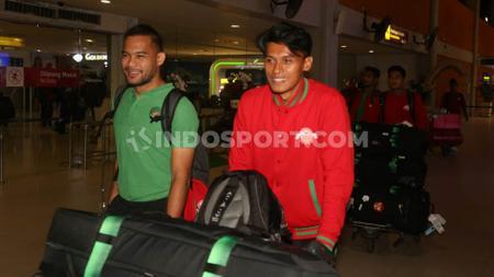 Andritany Ardhiyasa dan Zulfiandi saat tiba di Bandara Ngurah Rai, Bali usai dari laga UEA vs Timnas Indonesia. - INDOSPORT