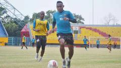 Indosport - Striker Sriwijaya FC Ahmad Ihwan menjalani latihan beberapa waktu lalu.