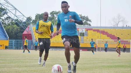 Striker Sriwijaya FC Ahmad Ihwan menjalani latihan beberapa waktu lalu. - INDOSPORT
