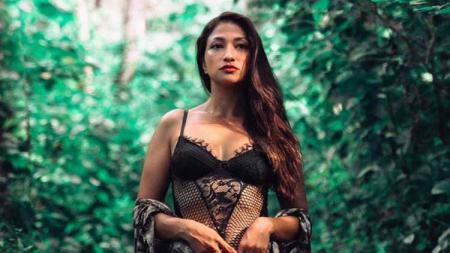 Terdapat tiga aktris cantik Indonesia yang diketahui menggilai Liverpool yang baru saja menjuarai Liga Inggris 2019-2020, termasuk Rahma Azhari. - INDOSPORT