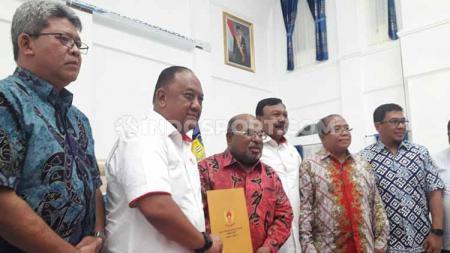 Ketua Umum KONI Pusat, Letjen TNI (Purn) Marciano Norman saat menyerahkan SK Penetapan Cabor PON XX kepada Gubernur Papua, Lukas Enembe. - INDOSPORT