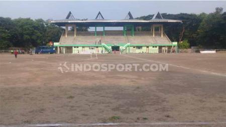 Kondisi Stadion Tri Sanja, Slawi yang nyaris tanpa ditumbuhi rumput. Padahal stadion itu jadi venue leg kedua semifinal Liga 3 Jateng antara Persekat Tegal versus Persebi Boyolali, Minggu (13/10/19). - INDOSPORT