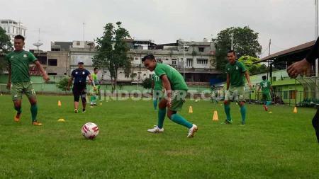 Skuat PSMS Medan terlihat tetap menjalani latihan rutin di Stadion Kebun Bunga, Medan, pasca ditundanya laga Liga 2 2019 melawan BaBel United. - INDOSPORT