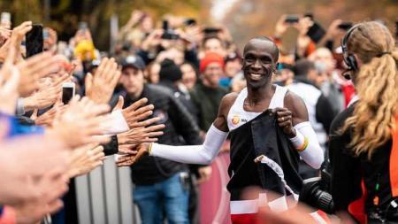 Pelari Kenya, Eliud Kipchoge, memecahkan rekor maraton di bawah dua jam pada ajang INEOS 159 Challenge di Wina, Austria. - INDOSPORT
