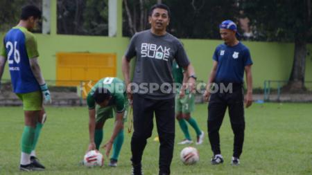 Pelatih PSMS Medan, Jafri Sastra, saat memimpin timnya latihan di Stadion Kebun Bunga, Medan, pasca laga lawan BaBel United batal digelar. - INDOSPORT