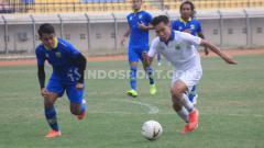 Indosport - Febri Hariyadi berusaha mengejar Erwin Ramdani dalam sesi internal game Persib Bandung, Sabtu (12/10/19) sore.
