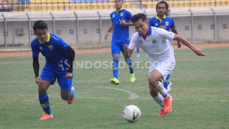Febri Hariyadi berusaha mengejar Erwin Ramdani dalam sesi internal game Persib Bandung, Sabtu (12/10/19) sore. - INDOSPORT
