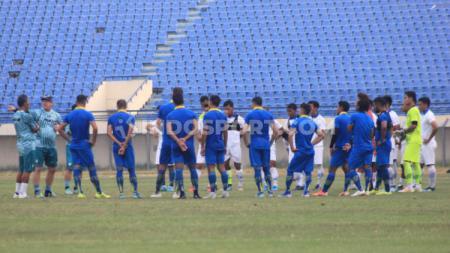 Skuat Persib Bandung saat mengadakan internal game di Stadion Si Jalak Harupat, Sabtu (12/10/19) sore. - INDOSPORT
