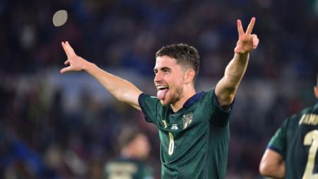 Jorginho merayakan gol tendangan penalti saat pertandingan Kualifikasi Euro 2020 antara Italia vs Yunani, Minggu (13/10/19) dini hari WIB. - INDOSPORT