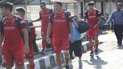 Indosport - Timnas Vietnam jalan kaki saat menuju Stadion Gelora Samudra, Bali.