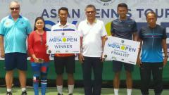 Indosport - Althaf Dhaifullah keluar sebagai juara Moya Open 2019 kategori tunggal putra usai menaklukan petenis senior, Adhitya Hari Sasongko.