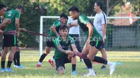 Timnas Indonesia menggelar latihan perdana di Lapangan Trisakti Legian, Badung, Minggu sore (13/10/19). - INDOSPORT