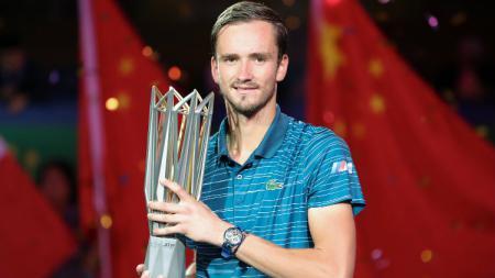 Akibat keluarkan sumpah serapah, petenis Rusia no. 4 dunia Daniil Medvedev ditinggal oleh pelatihnya Gilles Cervara saat bertanding di Australian Open 2021. - INDOSPORT