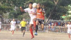 Indosport - Pemain Persekat (merah) dan Persebi berebut bola dalam leg kedua semifinal Liga 3 di Stadion Gelora Tri Sanja, Slawi, Kabupaten Tegal, Minggu (13/10/19).