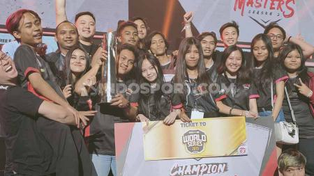 Tim eSports RRQ Dranix keluar sebagai juara Free Fire Indonesia Masters 2019 dalam laga final yang dilangsungkan hari ini, Minggu (13/10/19) di Tennis Indoor Senayan, Jakarta. - INDOSPORT