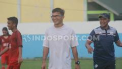 Indosport - Mantan pemain PSMS Medan, Donny F. Siregar (tengah), kini menjadi asisten pelatih tim Liga 3, Karo United FC. Foto: Aldi Aulia Anwar/INDOSPORT
