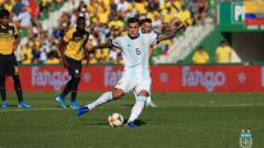 Indosport - Leandro Paredes saat mengeksekusi tendangan penalti melawan Ekuador.