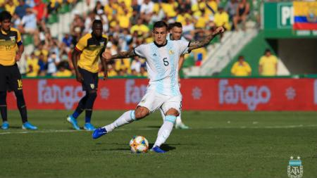 Leandro Paredes saat mengeksekusi tendangan penalti melawan Ekuador. - INDOSPORT