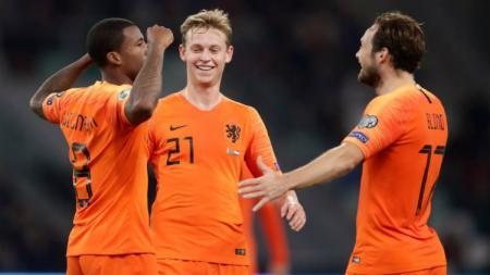 Pemain Belanda, Georginio Wijnaldum merayakan gol bersama rekan-rekannya. - INDOSPORT