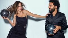 Indosport - Alessandra Ambrosio dan Mohamed Salah saat sesi pemotretan untuk majalah GQ.