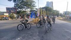 Indosport - Eks Dandim 1417 Kendari Kolonel Kav Hendi Suhendi mengajak para anggota TNI gowes.