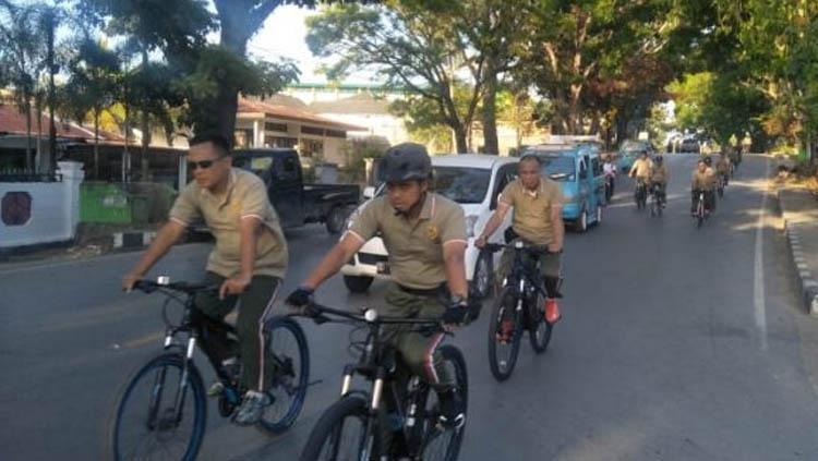 Mantan Dandim 1417 Kendari Kolonel Kav Hendi Suhendi mengajak para anggota TNI gowes. Copyright: kodim1417.kodam14hasanuddin-tniad.mil.id