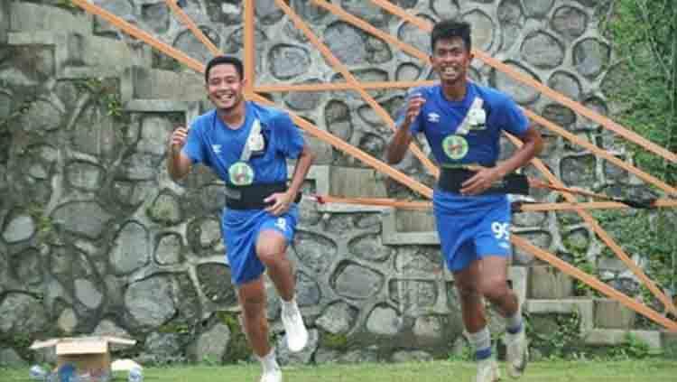 Pemain Barito Putera Evan Dimas (kiri) dan Kahar Muzzakar (kanan) saat menjalani latihan. Copyright: Instagram/@kaharkalu99
