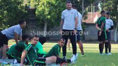 Indosport - Pelatih Timnas Indonesia, Simon McMenemy saat mengamati kondisi pemain dalam latihan di Lapangan Trisakti, Legian, Badung, Minggu (13/10/19).