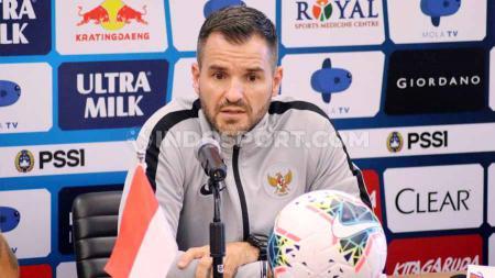 Pelatih Timnas Indonesia, Simon McMenemy saat preskon jelang melawan Vietnam. - INDOSPORT