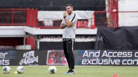 Federasi sepak bola Indonesia (PSSI) telah mengambil keputusan menghentikan kerja sama dengan Simon McMenemy sebagai pelatih Timnas Indonesia. - INDOSPORT