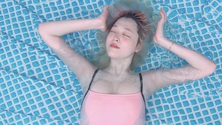 Sulli, aktris yang sempat muncul di Hotel Del Luna sebagai cameo, meninggal dunia, Senin (14/10/19). - INDOSPORT